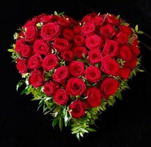 Trauerherz mit roten Rosen